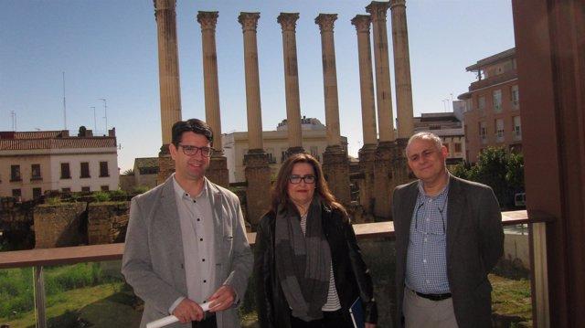 Pedro García con los técnicos en la presentación de las obras del Templo Romano
