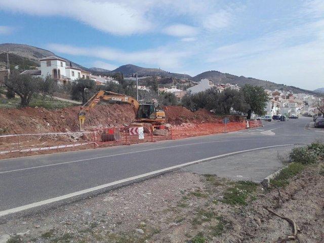 Las obras de la nueva glorieta se desarrollan en la glorieta de acceso a Laujar.
