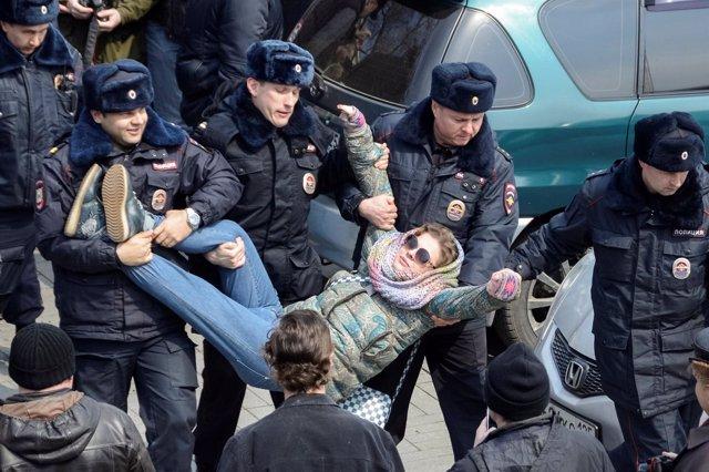 Policía rusa realizando una detención durante una manifestación de la oposición