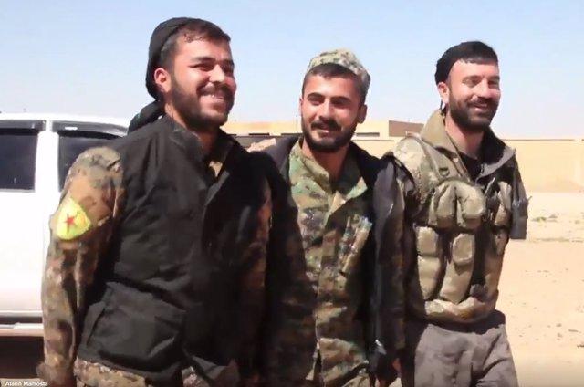 Milicianos de las FDS celebrando la toma del aeropuerto de Tabqa