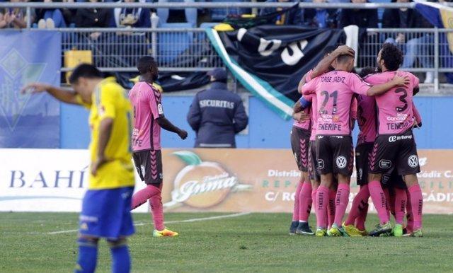 El Tenerife gana al Cádiz en el duelo directo por el 'play-off' de ascenso