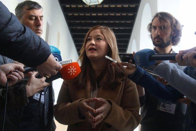 Verónica Pérez (PSOE-A) atiende a los medios en los pasillos del Parlamento