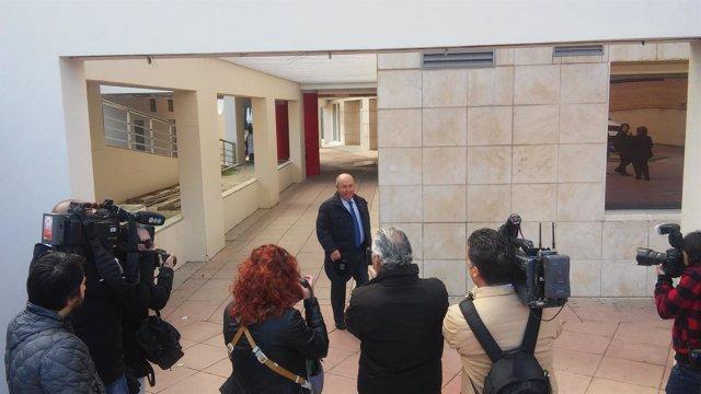 El exalcalde de Granada entrando al edificio judicial de La Caleta