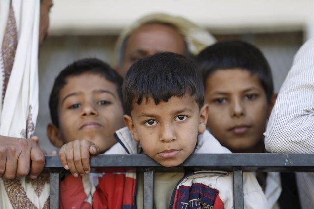 NIño yemení en centro de distribución de alimentos