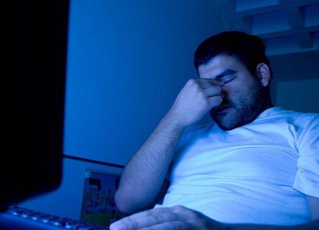 Estrés laboral, cansancio, sueño, dormido, pensando, preocupado