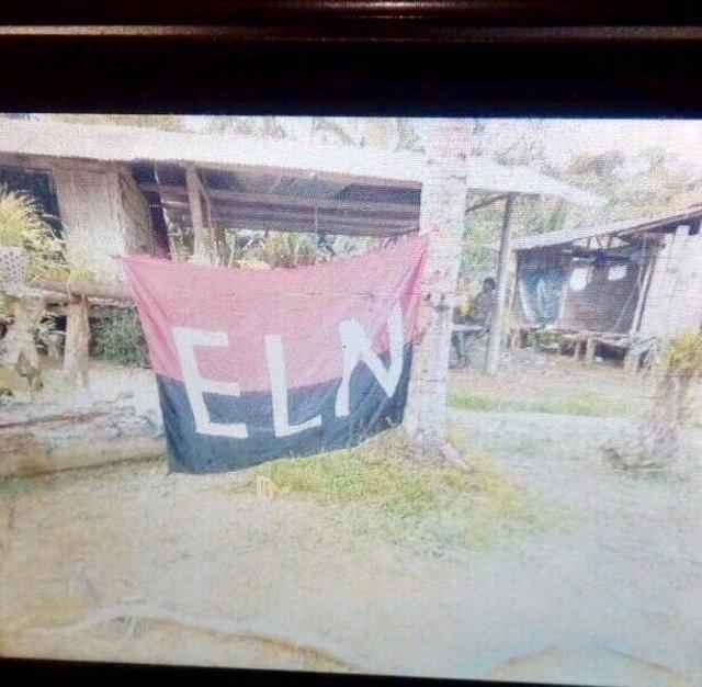 Bandera del ELN en una zona rural atacada