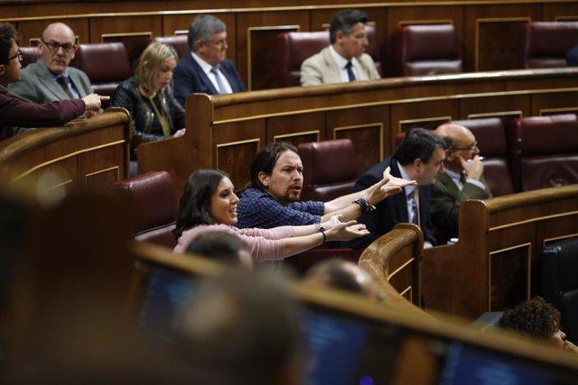Pablo Iglesias e Irene Montero protestando en el Congreso