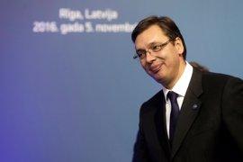 Vucic dice que Serbia está comprometida con la UE pero que quiere mejorar la relación con Rusia