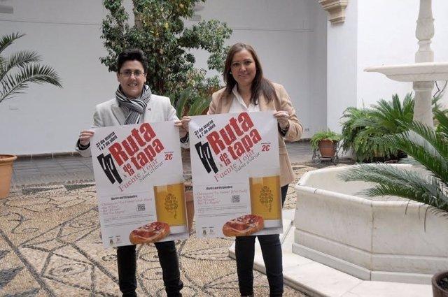 Carrillo (izda.) y Muñoz posan con el cartel del evento