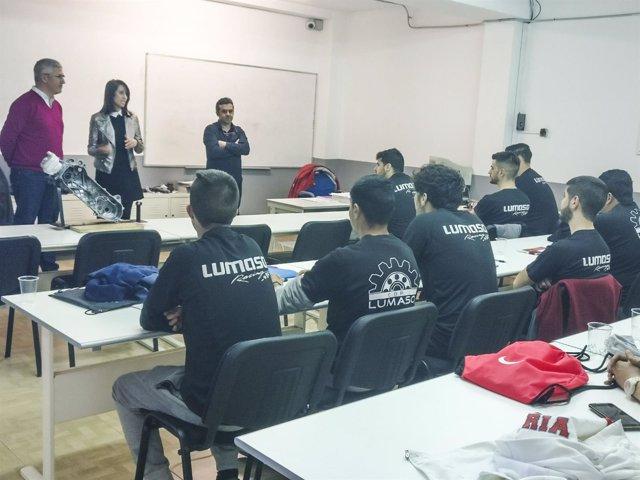 La diputada Carmen Belén López y el alcalde de Huércal, visitando a los alumnos.