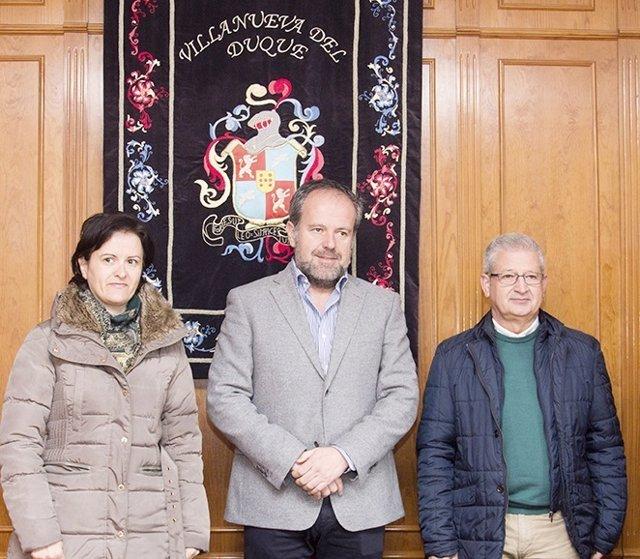 Algar (centro) entre los alcaldes de Villanueva del Duque y Alcaracejos