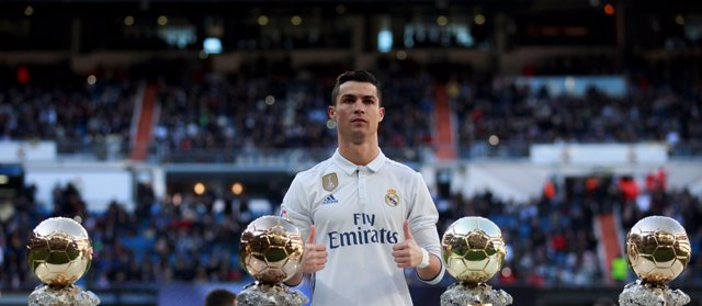 Cristiano Ronaldo posa con sus cuatro Balones de Oro