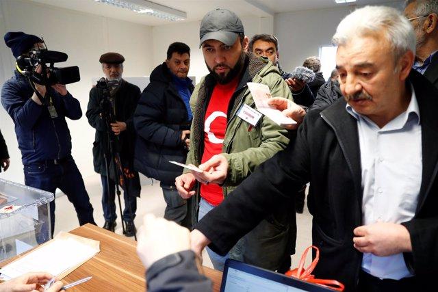 Turcos de Alemania votan el referéndum constitucional