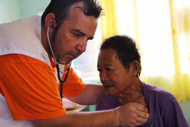 Un médico atiende a un afectado por el tifón Haiyán en Filipinas