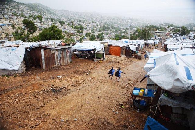 Dos niños en un campamento para refugiados en Haití
