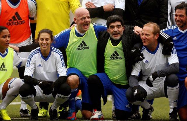 Infantino y Maradona con el resto de participantes del 'FIFA Legends'