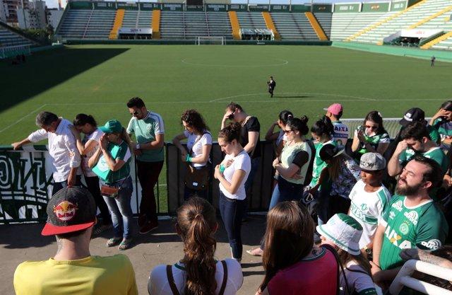 Los seguidores del Chapecoense rezan en el estadio del club