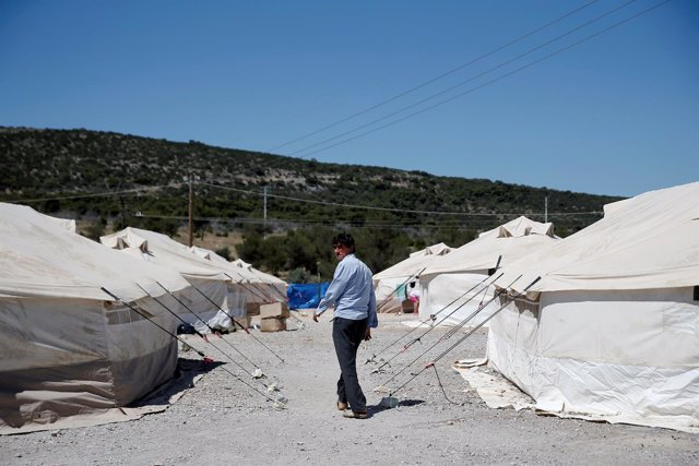 Un refugiado afgano en un campamento cerca de Atenas