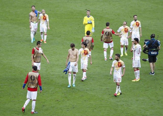La selección española abandona en el césped de Saint-Denis tras caer ante Italia