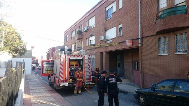 Bomberos y policía actúan en un incendio en Alginet