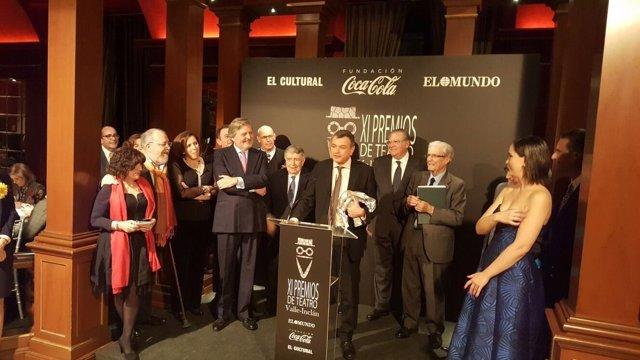 Méndez de Vigo entrega el Valle-Inclán a Ernesto Caballero, director del CDN