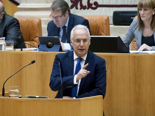 Ceniceros responde preguntas en el Parlamento de La Rioja