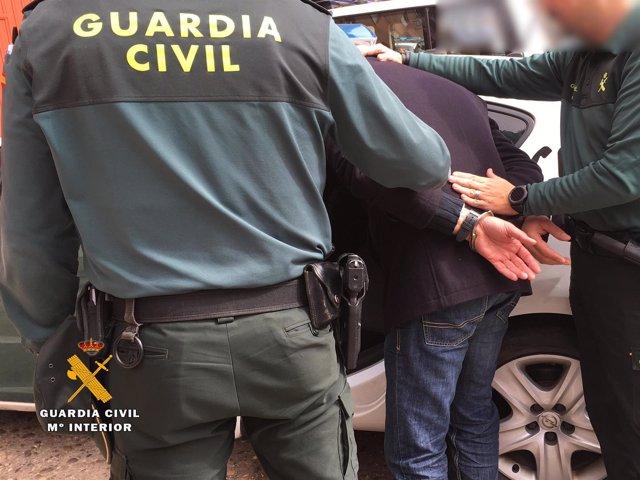 Traslado de uno de los detenidos en la operación
