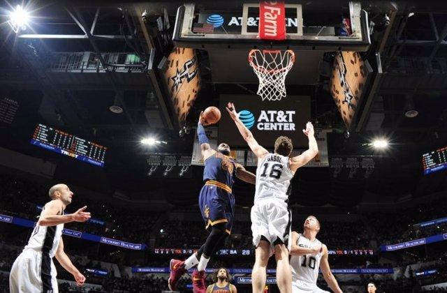 Pau Gasol y LeBron James en el Spurs - Cavaliers