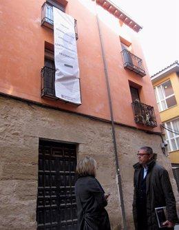 Sáez Rojo, ante un edificio rehabilitado en la calle Juan Lobo