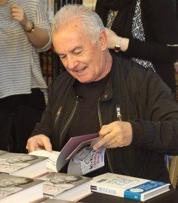 Victor Manuel firma libros