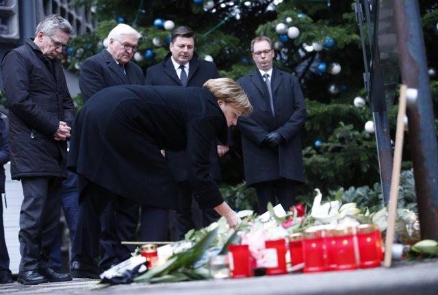Merkel visita la escena del atentado de Berlín con Steinmeier y De Maiziere
