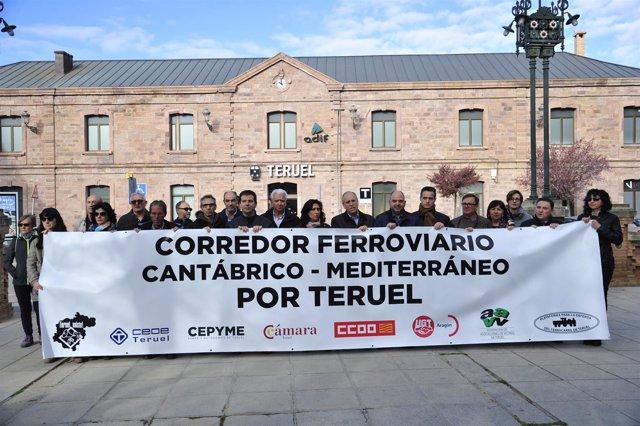 La pancarta presidirá la movilización por el ferrocarril este sábado en Teruel