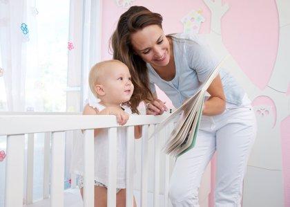 Leer a los bebés desde la cuna: beneficios a largo plazo