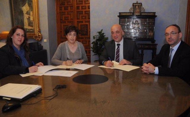 Antonio Ruiz (centro) firma los convenios
