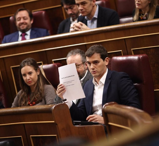 Albert Rivera, presidente de Ciudadanos, esgrimiendo el pacto con el PP