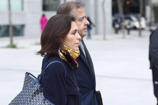 Mireia Pujol Ferrusola, acompañada de su abogado, tras declarar en la Audiencia