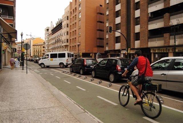 Ciclista En Un Carril Bici De Zaragoza