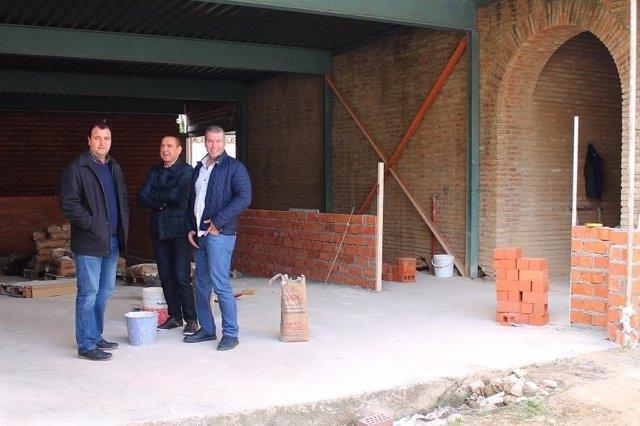 Granados (dcha.) visita el inicio de las obras