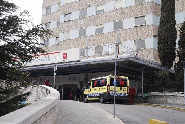 Urgencias del Hospital Gregorio Marañón en Madrid, ambulancia, ambulancias