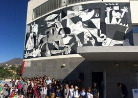 La Ruta de Murales de Estepona suma una obra que conmemora el 80 aniversario del 'Gernica' de Picasso