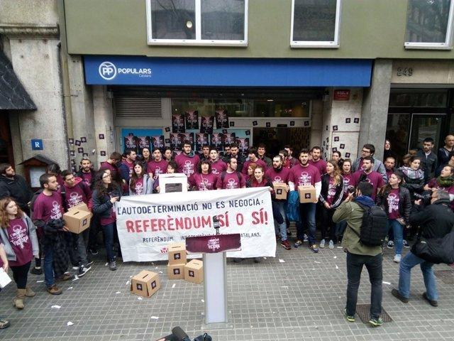 Manifestación de Arran a la puerta de la sede del PP