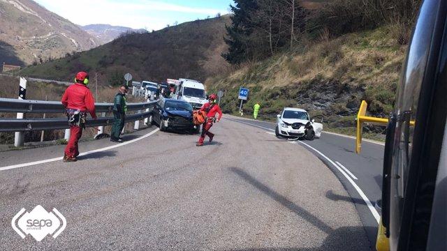 Iintervención de Bomberos de Asturias en accidente de tráfico en Lena.