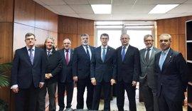 La cúpula de la OMC explica a Núñez Feijóo sus preocupaciones por el futuro del SNS