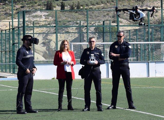 Agentes de la Policía Local hacen un vuelo de demostración con el dron