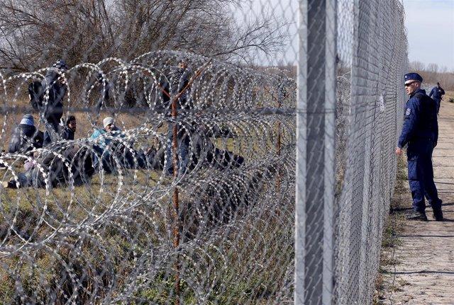 Un policía húngaro en la frontera