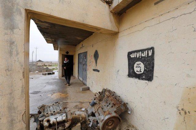 Una pared pintada con la bandera de Estado Islámico