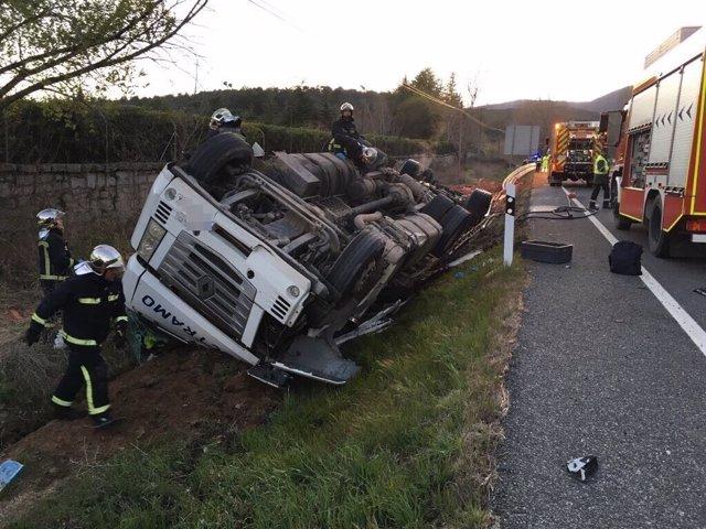 Imagen del camión tras volcar en la N-VI
