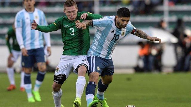 Éver Banega ante un rival de Bolivia con la selección argentina