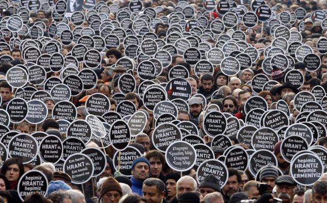Manifestación Silenciosa En Estambul En El Aniversario Del Asesinato Del Periodi