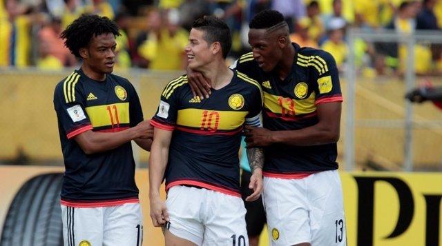 James Rodríguez, felicitado por sus compañeros